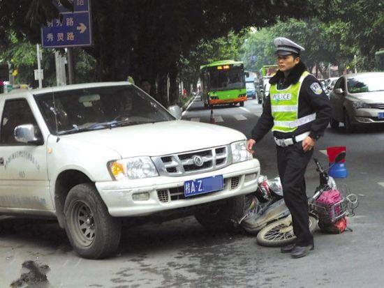 电动车与城管执法车发生剐擦后,交警赶至现场处理。南国早报记者 王艳群 摄
