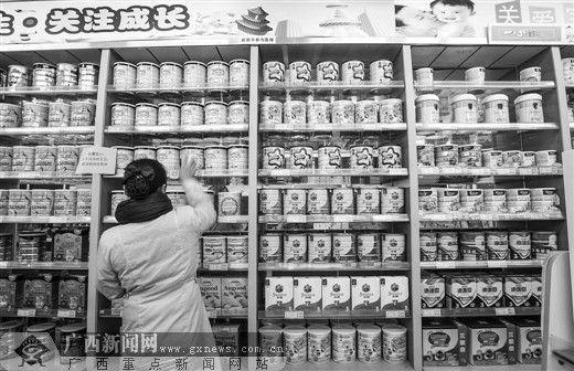 一心医药集团文化宫店,专业销售人员正逐一检查货架上奶粉。记者 杨素颜 摄