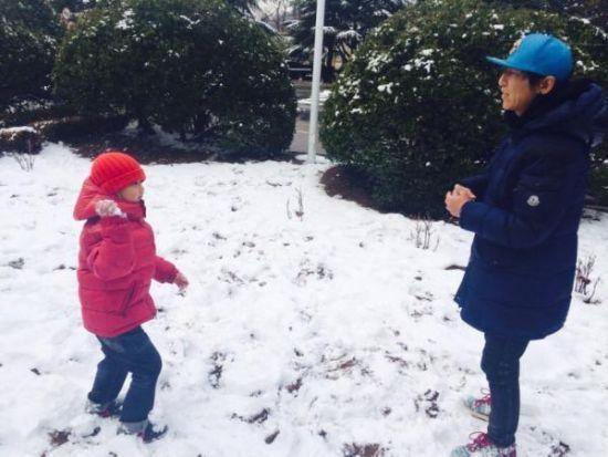 2014年2月8日,白百何晒出陈羽凡和儿子在雪地玩耍的照片(现已删除)
