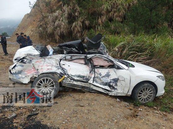 图为事故现场,出事的小轿车被撞得面目全非。通讯员 梁美英 摄