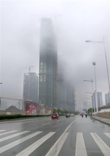 雨雾笼罩高楼 当代生活报记者 周军摄