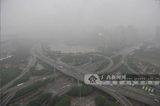 """24日上午,南宁笼罩在一片浓雾之中。网友""""达修先生""""摄。"""