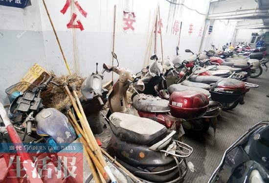 南宁火车站地下停车场里,一些摩托车、电动车停放了很久,积满灰尘。记者 徐天保 摄
