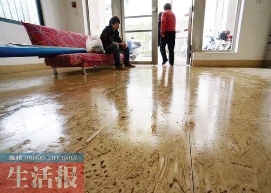 图为回南天,铺瓷砖的地面容易受潮导致湿滑。