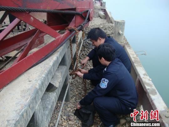 图为柳州市水上执法部门查获的非法采沙船只 廖胤 摄