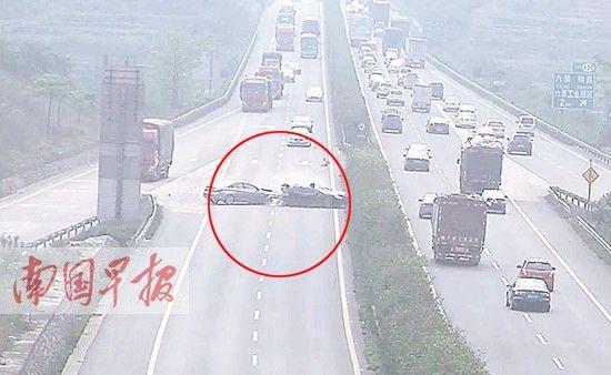 2013年4月5日,一轿车因在高速公路违规倒车,被后车追尾,造成一死两伤的惨剧。图为监控摄像拍下的事故惨烈场面(划圈处)。监控视频截图