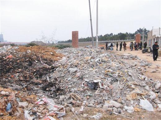 村民昼夜值班制止建筑垃圾倾倒行为。