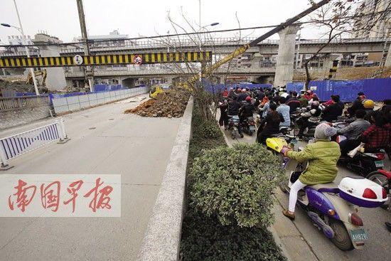 图为一些市民驾驶电动车从两侧的便道通过。 南国早报记者 苏华 摄