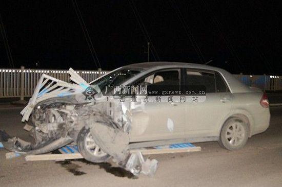 巨大的冲击力使得栏杆上的一根钢管及数条隔离栏穿过汽车挡风玻璃。广西新闻网通讯员 区翔恩供图