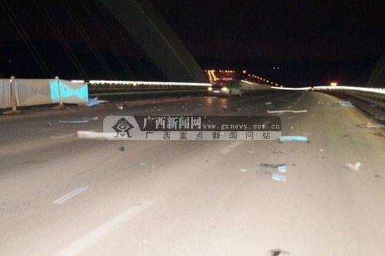 对向驶来的一辆出租车也被隔离栏碎片击中。广西新闻网通讯员 区翔恩供图