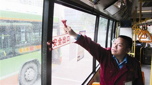 公交车司机在演示如何使用安全锤。