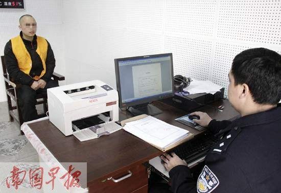 办案民警在讯问犯罪嫌疑人庄某。 吴创宁 摄