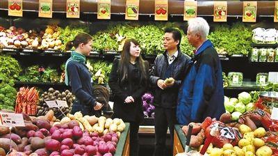 崔永元在美国的超市里调查转基因食品。