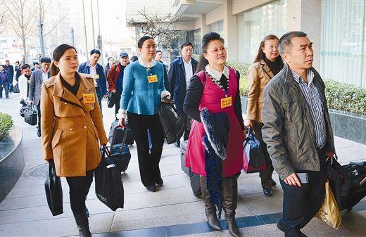 3月2日上午,没有鲜花,也没有欢迎的队伍,参加十二届全国人大二次会议的广西代表在务实简朴的会风中抵达北京。特派记者 刘宇/摄