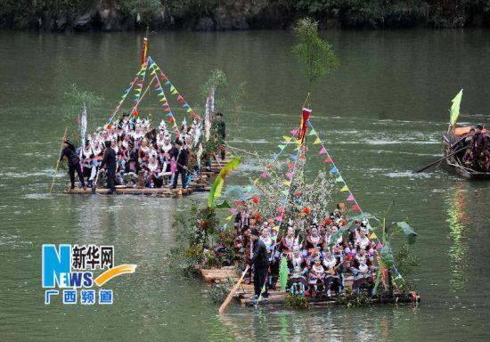 3月1日,广西三江侗族自治县梅林乡榕江上,木排在江上巡游