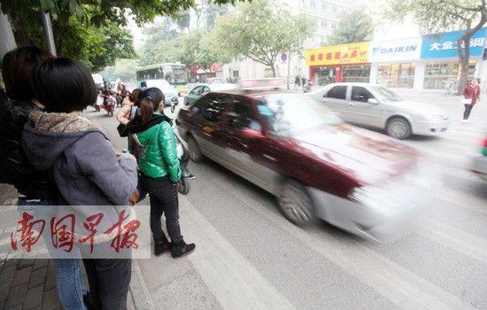 3月3日下午,南宁市古城路,市民正在等待通过斑马线。 何学俏 图