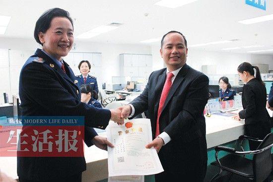 黄先生拿到改革后广西第一张营业执照。
