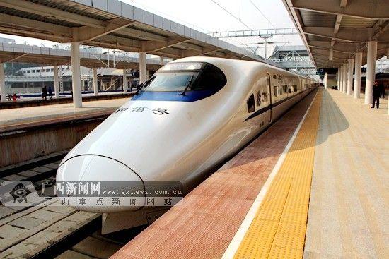 CRH2A型动车组列车。广西新闻网记者 杨郑宝 摄(资料图)
