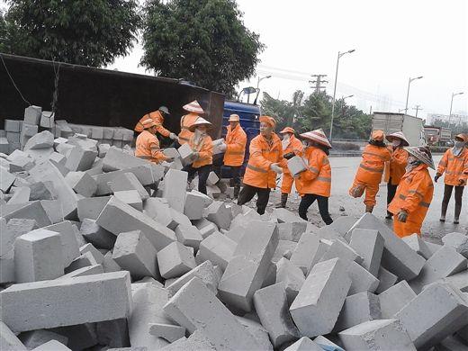 环卫工人正抓紧清理砖块。 南国早报记者 蒋银花 摄