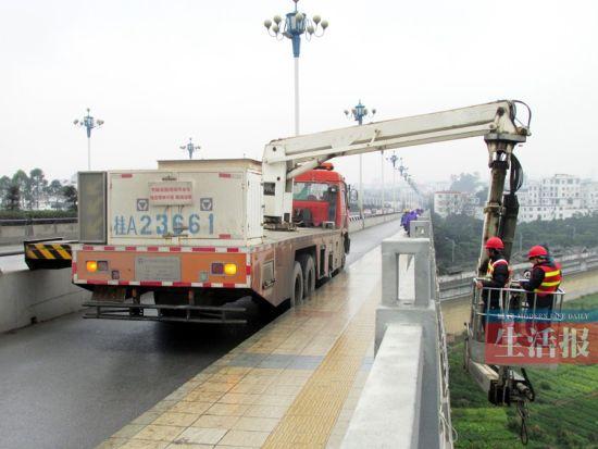 工作人员正在对葫芦鼎大桥进行检测。