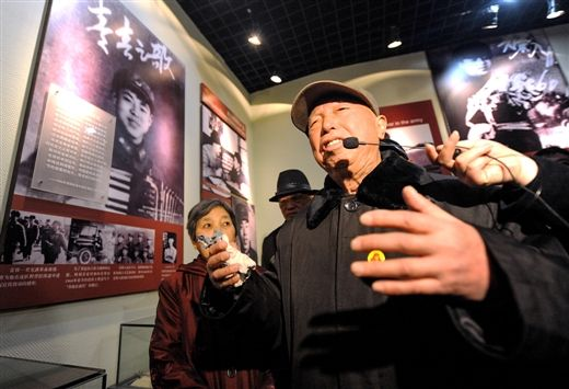 3月4日,雷锋生前的连长虞仁昌在讲述抢救雷锋时的情景。 新华社发