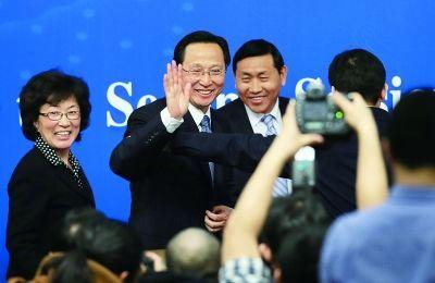 上午农业部发布会结束,部长韩长赋与媒体挥手告别摄/法制晚报记者 付丁