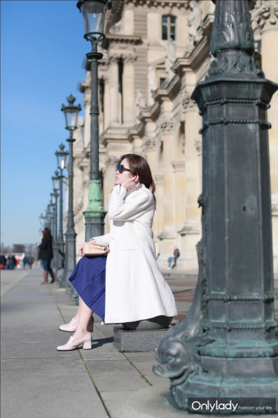 丝绵材质的白衬衫配宝蓝色及膝裙