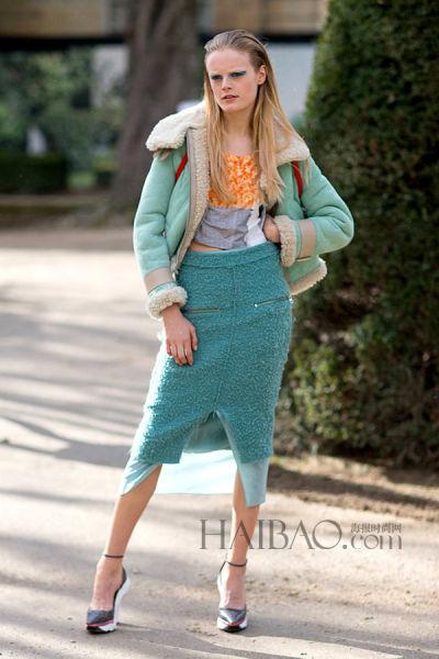 超模汉妮·盖比·奥迪尔 (Hanne Gaby Odiele) 街拍示范Acne Studios蓝色拼纱半裙