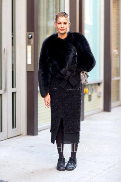 超模娜嘉·班德 (Nadja Bender) 街拍示范Acne Studios黑色拼纱半裙