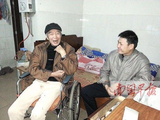 李协记每天都会陪张国生老人聊天。