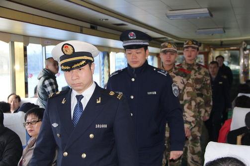 桂林海事、武警等涉水部门联合巡检漓江游船