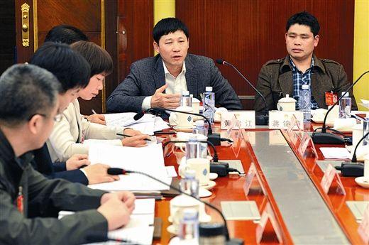 3月7日下午,黄启江代表在发言,有关部门应该提高行政效率,减轻企业负担。 记者 梁凯昌 摄