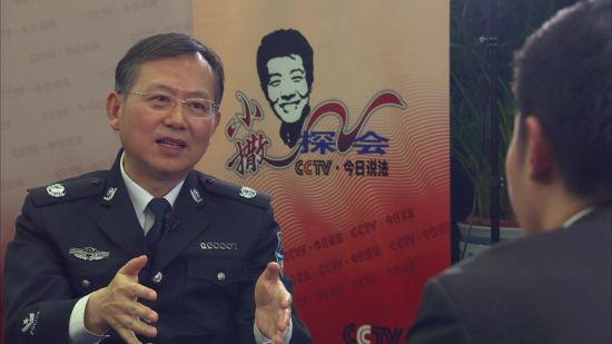 公安部副部长黄明接受《小撒探会》记者撒贝宁专访