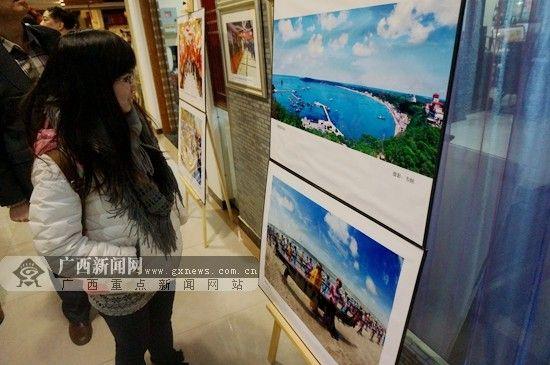 当日,有不少在京的广西大学生前来观展。广西新闻网记者 刘斐 摄