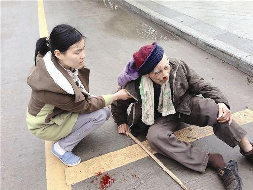 路过的女子搀扶摔倒的老人。 网友冯先生摄