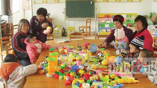 孩子们面前摆满了各种玩具。