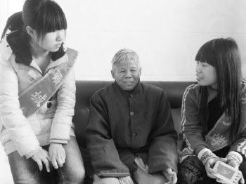 聊城大学广西籍学生在跟老人交流。记者 邹俊美 摄