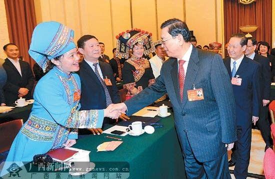 全体会议开始前,张德江委员长与广西代表亲切握手。