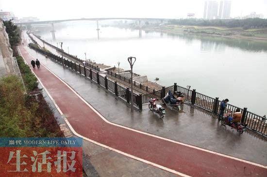 建于南宁市邕江边的自行车道。记者 何学俏 实习生 黄建伟 摄