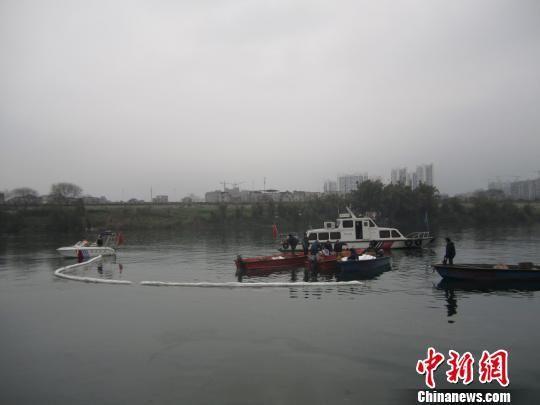 图为柳州海事部门工作人员在清理油污。覃海 摄