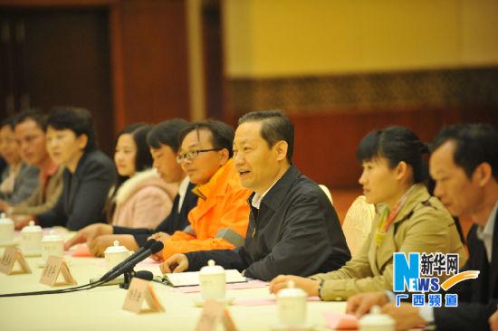 2014年大年三十,广西壮族自治区党委书记彭清华(右三)与农民工代表座谈(1月30日摄)。新华社记者 陆波岸 摄