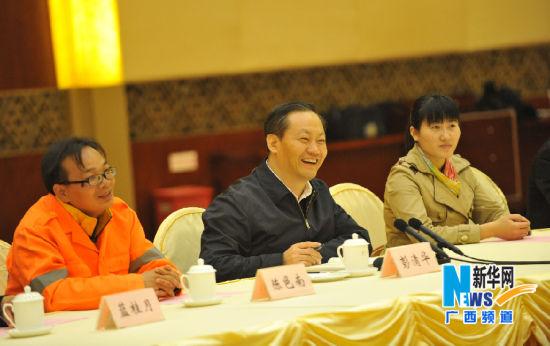 2014年大年三十,广西壮族自治区党委书记彭清华与农民工代表座谈(1月30日摄)。新华社记者 陆波岸 摄