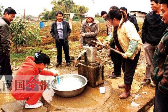 从碑塘村陶家深井中打出的水用温度计来测试。记者 许洁琳 摄