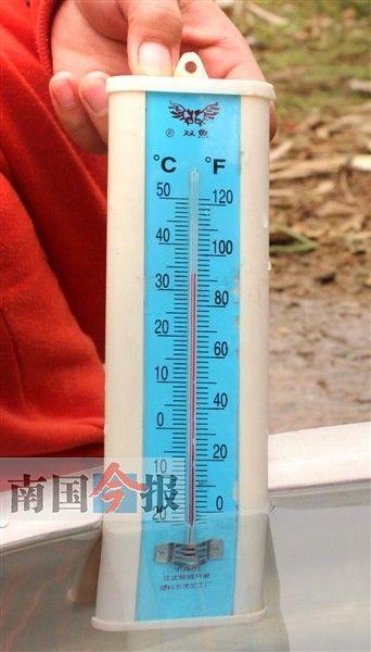 水温竟达到34℃。记者 许洁琳 摄