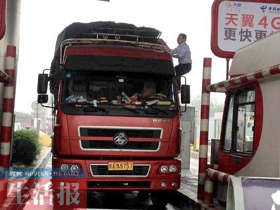 货车堵在收费站的现场。记者 杨正飞 摄