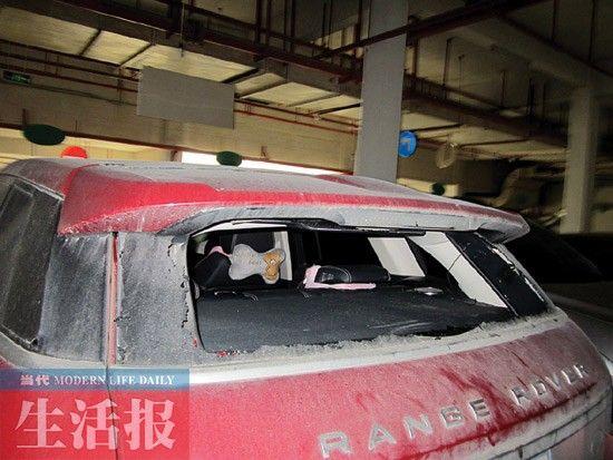 """被砸破车窗的汽车和张贴在消防箱上的""""签到表""""。"""