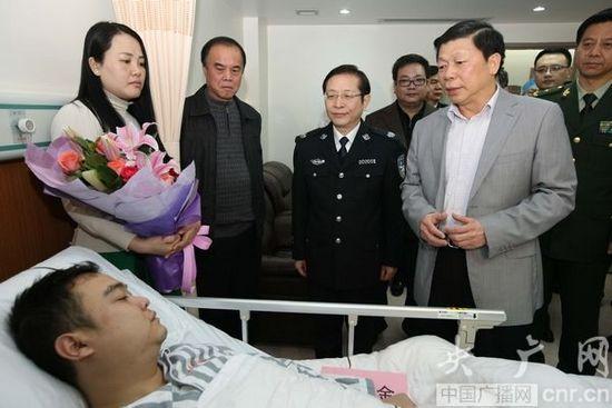 广西壮族自治区党委常委、政法委书记温卡华看望受伤民警