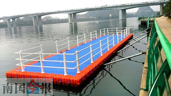"""柳江河市区段沿岸,暂设9个""""水上公交巴士""""站台,由浮桶连接而成,目前尚未竣工。记者 毛秋雁 岑琴 摄"""