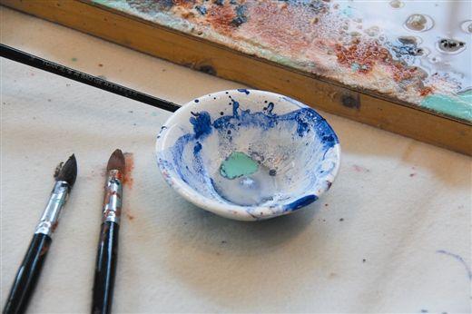 3月15日,在儿童绘画活动现场尝试天然颜料