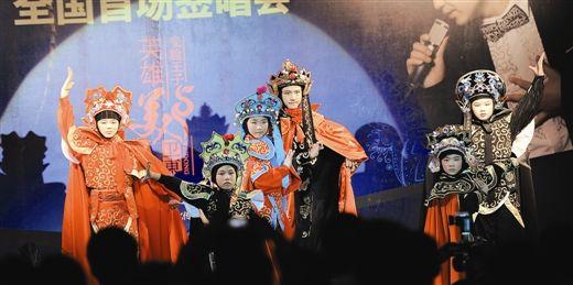 变脸王子卫东的小弟子登台演出(资料图片)
